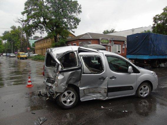 В центре Херсона произошло ДТП, в котором пострадали 9 человек (фото), фото-1
