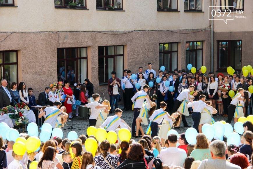 «От і пролунав останній дзвінок» - сьогодні буковинські випускники відвідують прощальний урок(ФОТО), фото-5
