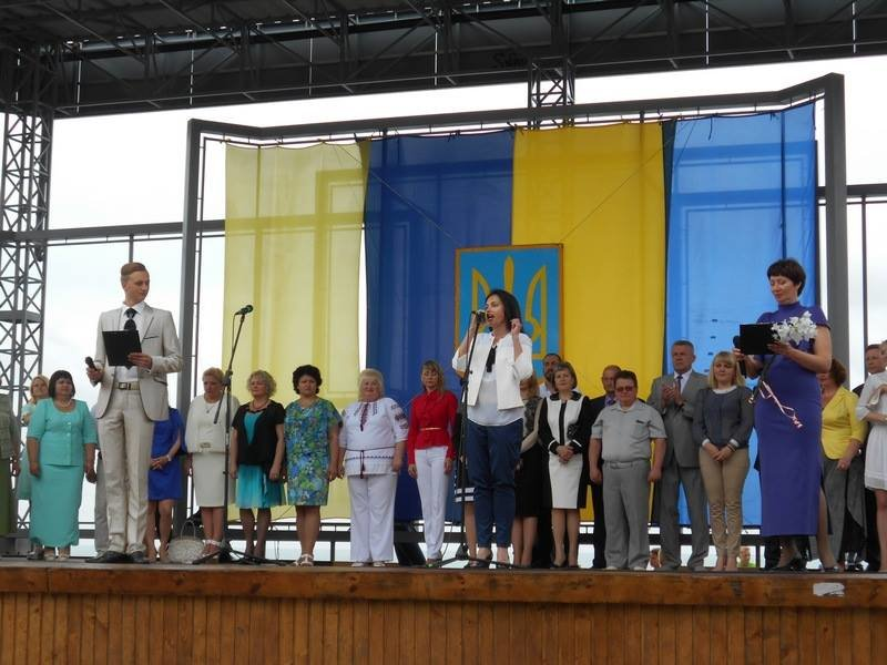 В Бердянске выпускники школ города танцевали вальс прощания со школой, фото-2