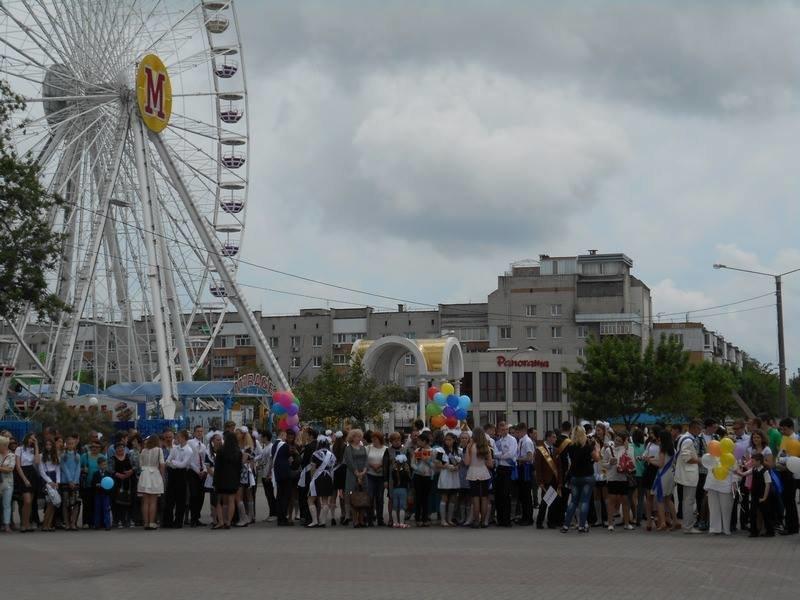 В Бердянске выпускники школ города танцевали вальс прощания со школой, фото-1