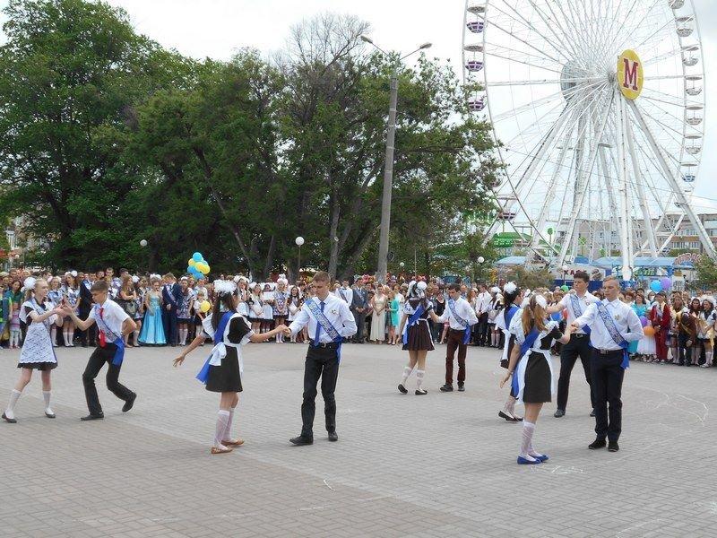 В Бердянске выпускники школ города танцевали вальс прощания со школой, фото-4