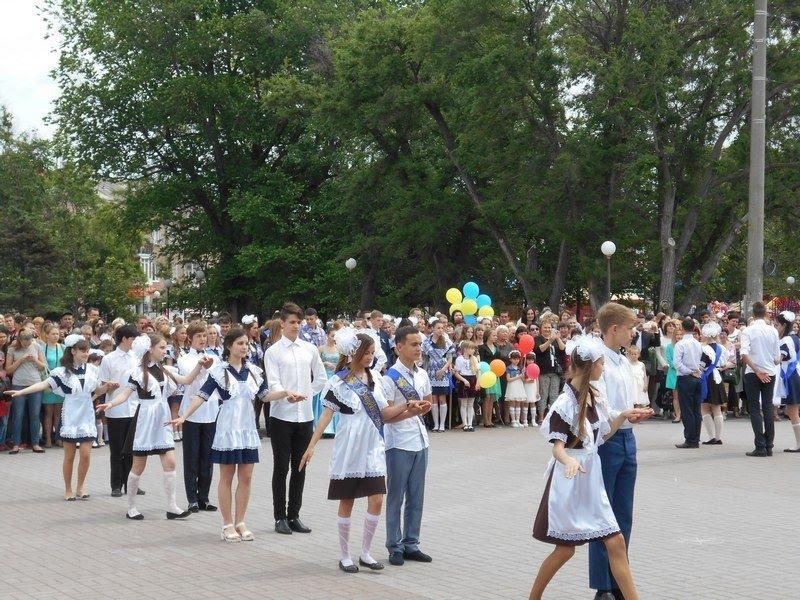 В Бердянске выпускники школ города танцевали вальс прощания со школой, фото-6