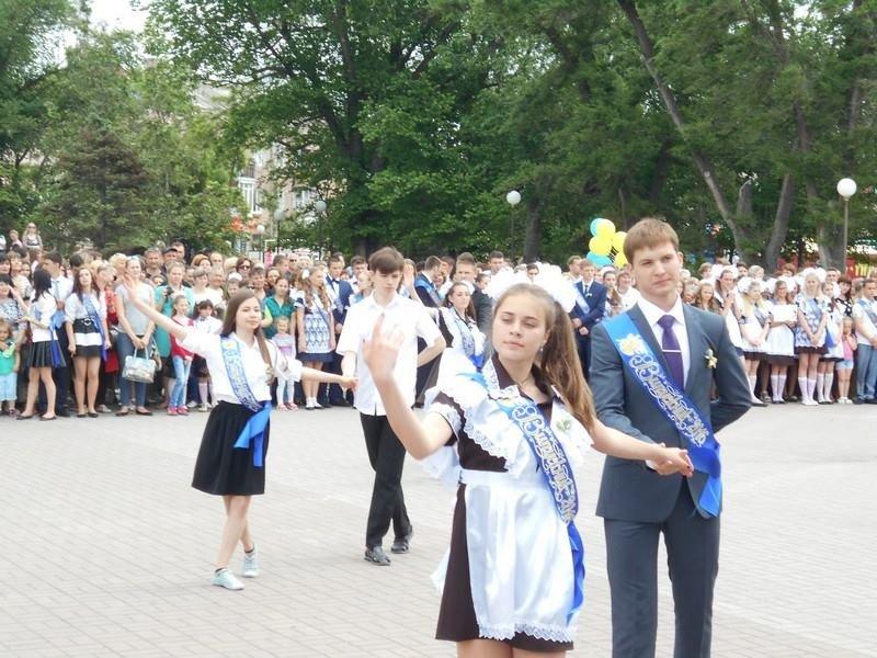 В Бердянске выпускники школ города танцевали вальс прощания со школой, фото-3