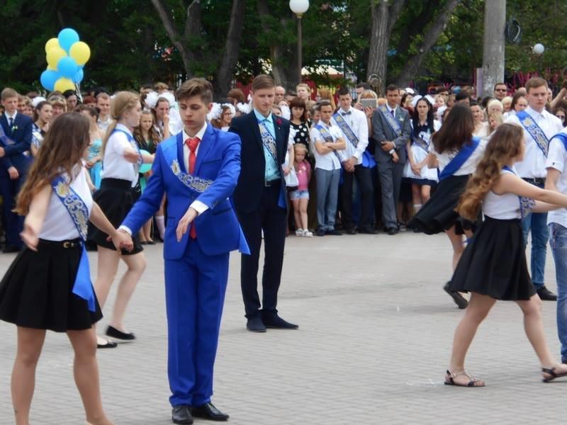 В Бердянске выпускники школ города танцевали вальс прощания со школой, фото-5