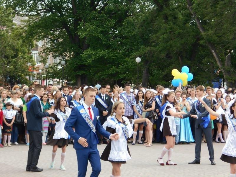 В Бердянске выпускники школ города танцевали вальс прощания со школой, фото-7