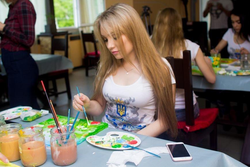 Самые красивые женщины Мелитополя нарисовали картины для больных детей, фото-2