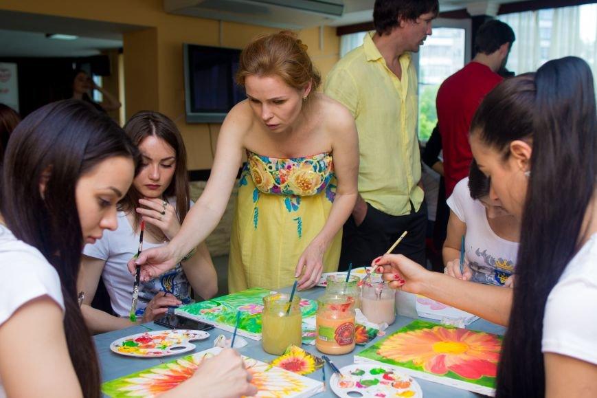 Самые красивые женщины Мелитополя нарисовали картины для больных детей, фото-1
