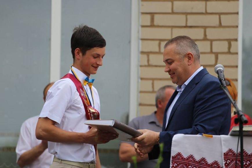 В одной из школ Херсонской области на 19 выпускников два золотых медалиста (фото), фото-2