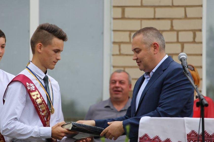 В одной из школ Херсонской области на 19 выпускников два золотых медалиста (фото), фото-1