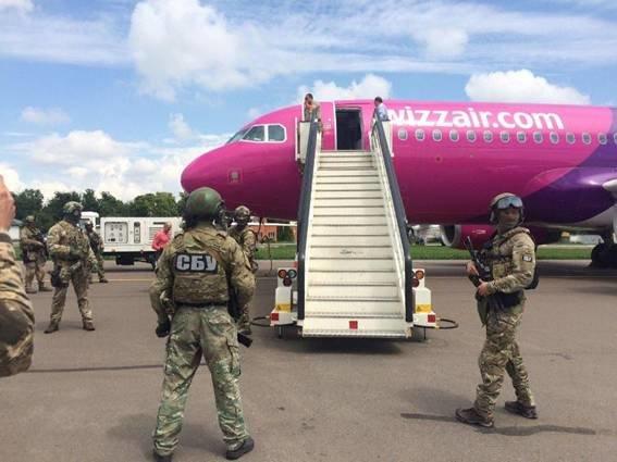 """В """"Жулянах"""" полиция эвакуировала пассажиров из самолета из-за угрозы взрыва (ФОТО), фото-1"""