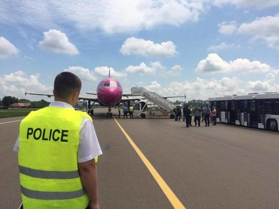 """В """"Жулянах"""" полиция эвакуировала пассажиров из самолета из-за угрозы взрыва (ФОТО), фото-2"""