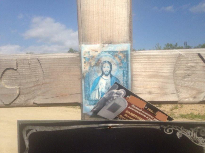 Жители Южно-Сахалинска возмущены размещением рекламы на могилах покойных, фото-5