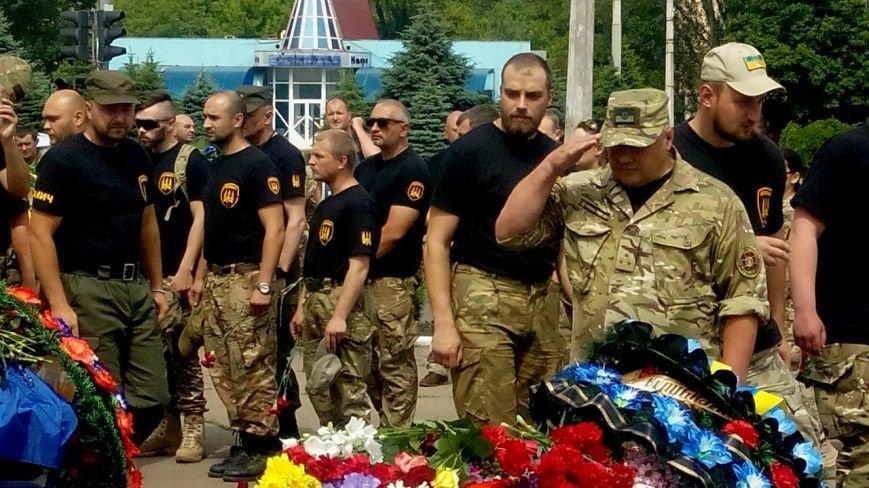 В Мариуполе попрощались с тремя солдатами, погибшими под минометным огнем боевиков (ФОТО+ВИДЕО), фото-16