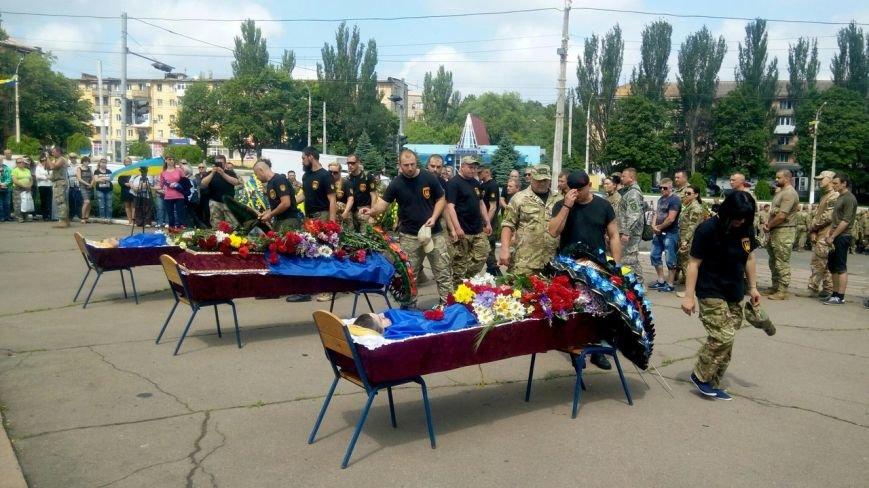 В Мариуполе попрощались с тремя солдатами, погибшими под минометным огнем боевиков (ФОТО+ВИДЕО), фото-15