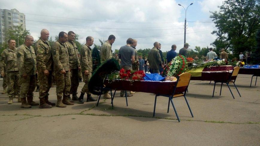 В Мариуполе попрощались с тремя солдатами, погибшими под минометным огнем боевиков (ФОТО+ВИДЕО), фото-17
