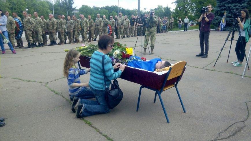 В Мариуполе попрощались с тремя солдатами, погибшими под минометным огнем боевиков (ФОТО+ВИДЕО), фото-10