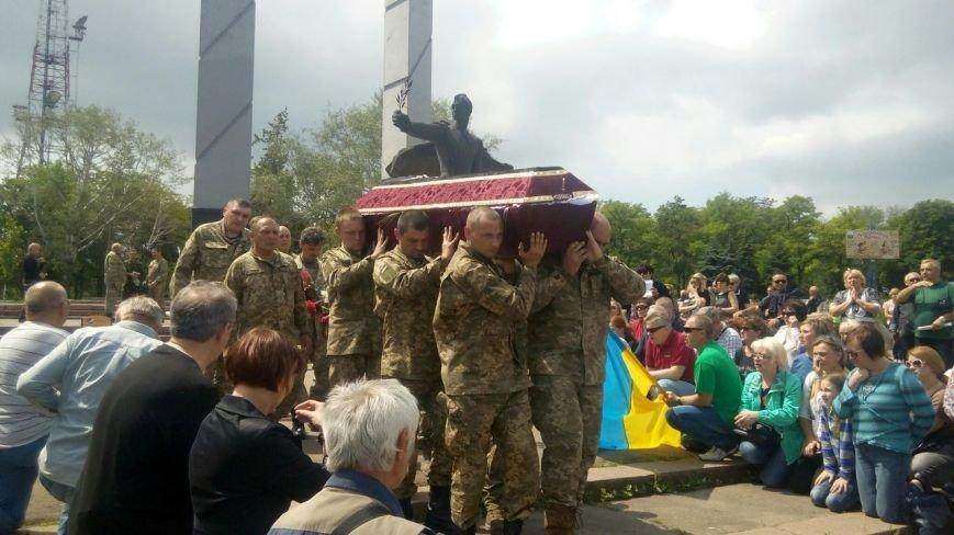 В Мариуполе попрощались с тремя солдатами, погибшими под минометным огнем боевиков (ФОТО+ВИДЕО), фото-19
