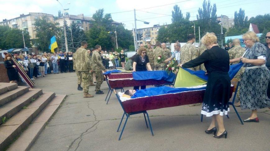 В Мариуполе попрощались с тремя солдатами, погибшими под минометным огнем боевиков (ФОТО+ВИДЕО), фото-1