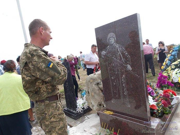 В Херсонской области открыли памятник и мемориальную доску бойцу, погибшему в АТО (фото), фото-3