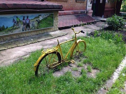 Вандалы уничтожили знаменитый в Чернигове желтый велосипед, фото-1