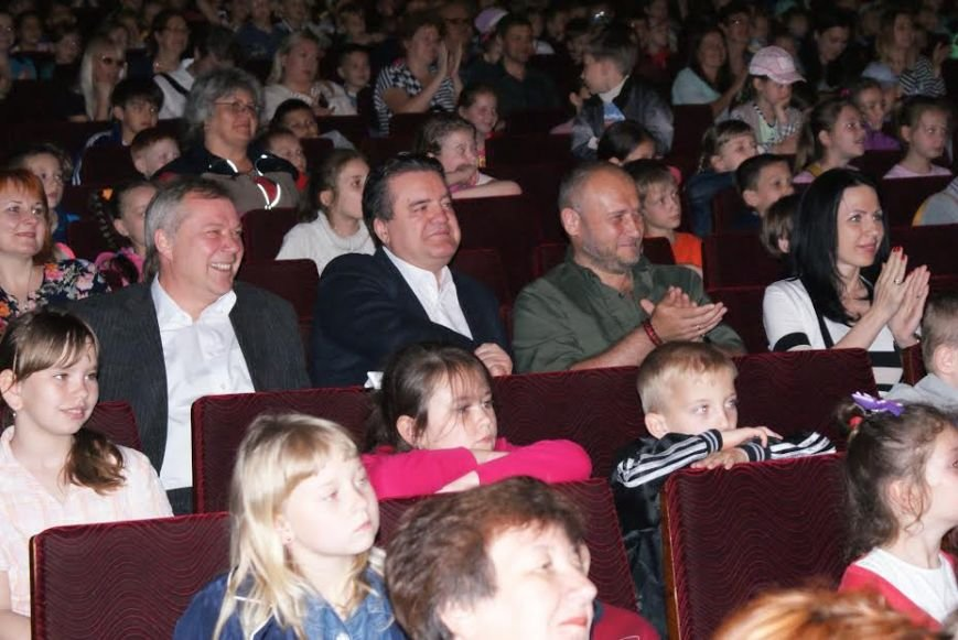 Маленьким жителям Днепродзержинска подарили вышиванки, фото-1