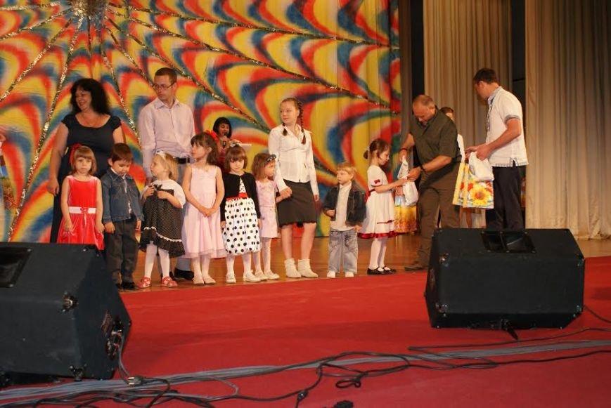 Маленьким жителям Днепродзержинска подарили вышиванки, фото-2