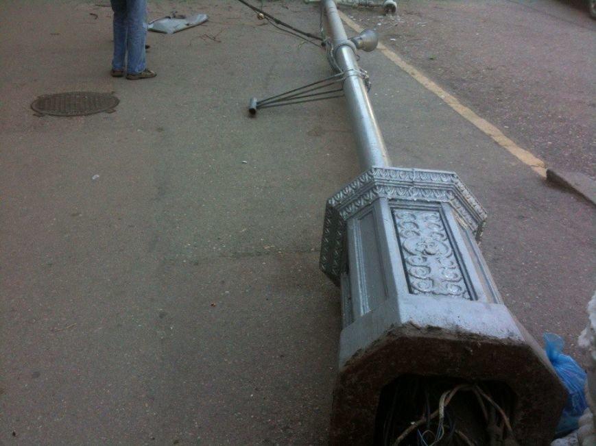 В Севастополе упавший фонарный столб едва не придавил водителя (ФОТОФАКТ), фото-3
