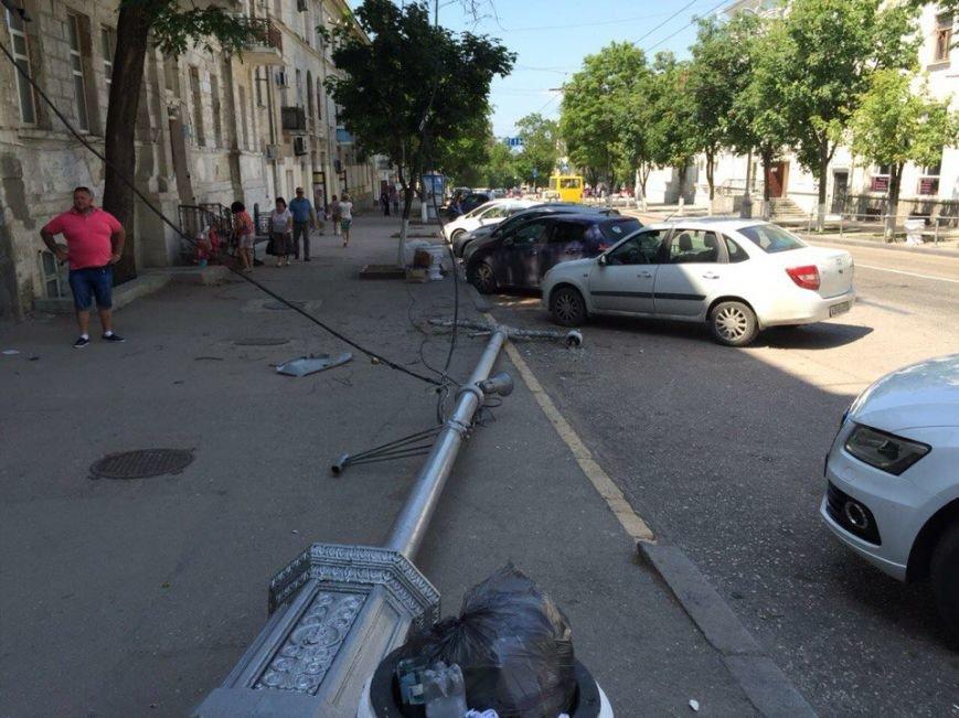 В Севастополе упавший фонарный столб едва не придавил водителя (ФОТОФАКТ), фото-2
