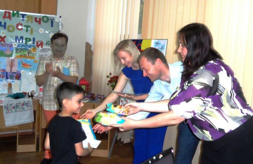 В Херсоне открылась выставка детей-переселенцев (фото), фото-3