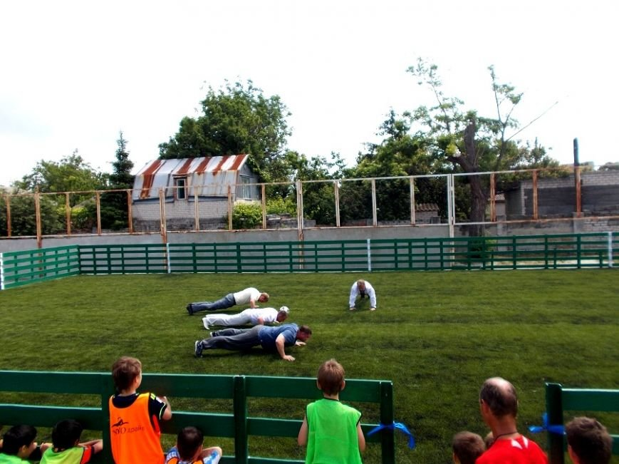 Власти Геническа отжимались на новом футбольном поле (фото), фото-1