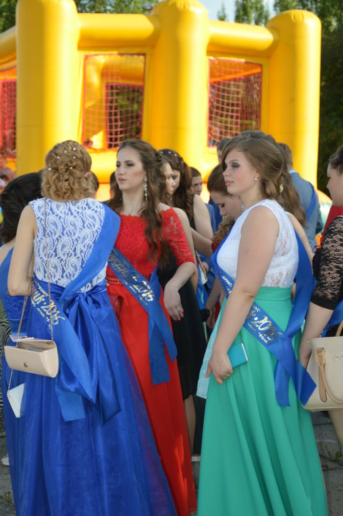 Всеукраинский новостной сайт высмеял северодонецких выпускниц (фото), фото-6