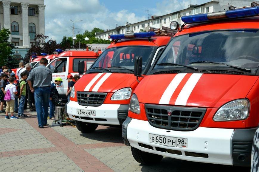 На день рождения Симферополь получил в подарок от Санкт-Петербурга пожарные машины и «антикризисный топор» (ФОТО), фото-1