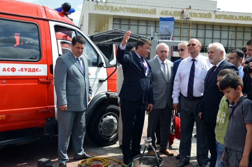 На день рождения Симферополь получил в подарок от Санкт-Петербурга пожарные машины и «антикризисный топор» (ФОТО), фото-3