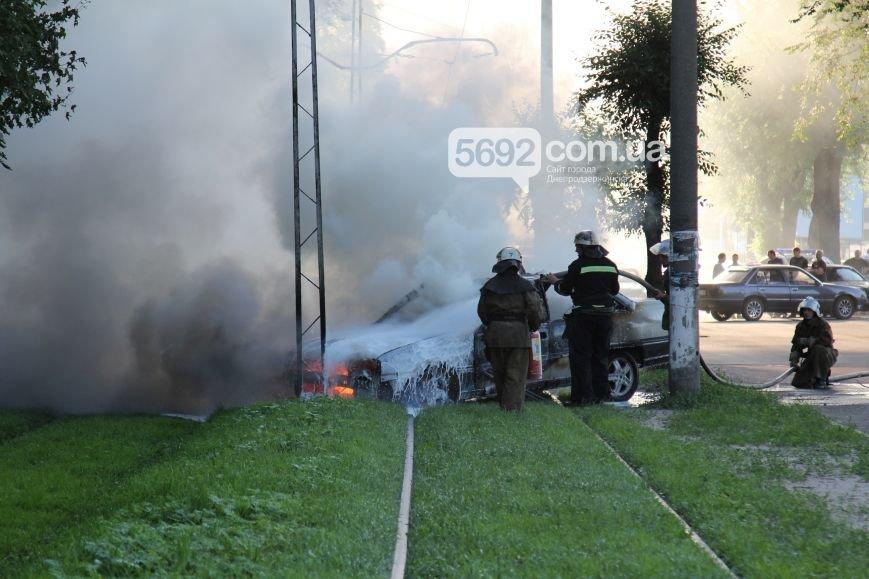 На проспекте Аношкина в Каменском сгорел автомобиль (ФОТО, ВИДЕО), фото-3