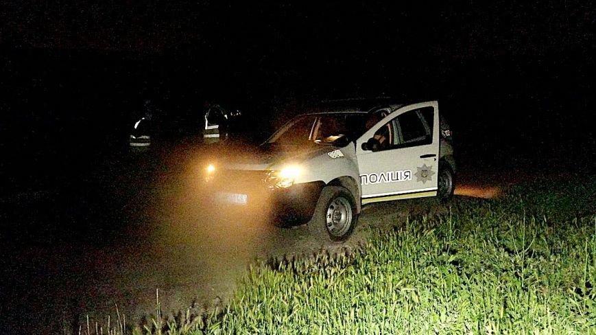 В Мариуполе двое мужчин зарыли в землю неизвестный предмет. Жители в панике (ФОТО), фото-3