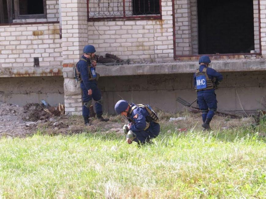 В Мелекино мариупольские спасатели вытаскивали людей из под обстрелов (ФОТОРЕПОРТАЖ), фото-19