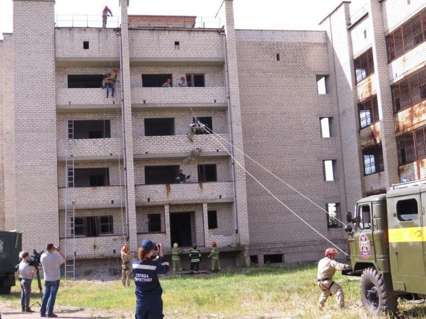 В Мелекино мариупольские спасатели вытаскивали людей из под обстрелов (ФОТОРЕПОРТАЖ), фото-24