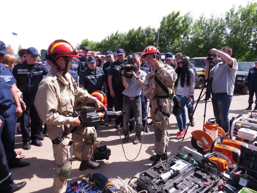 В Мелекино мариупольские спасатели вытаскивали людей из под обстрелов (ФОТОРЕПОРТАЖ), фото-27