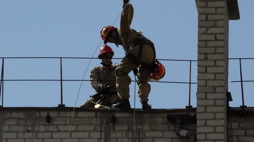 В Мелекино мариупольские спасатели вытаскивали людей из под обстрелов (ФОТОРЕПОРТАЖ), фото-16