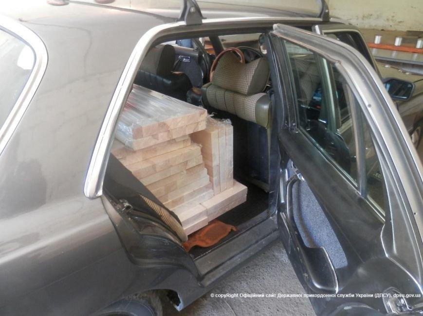 На Закарпатті прикордонники затримали чоловіка, який хотів переправити через кордон велику партію цигарок: фото, фото-4