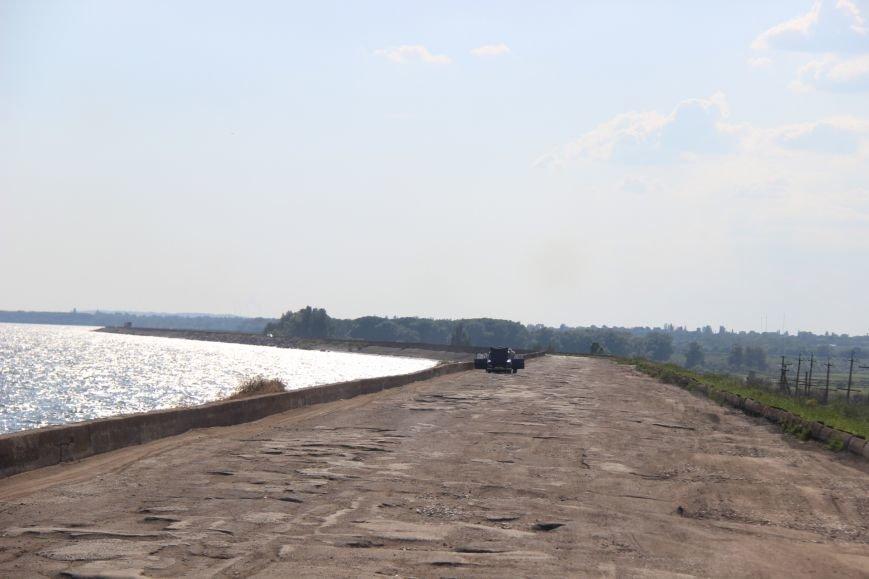 Дорога, пролегающая по гребню дамбы №8 Каховского водохранилища, - настоящий кошмар для водителей (фото), фото-3