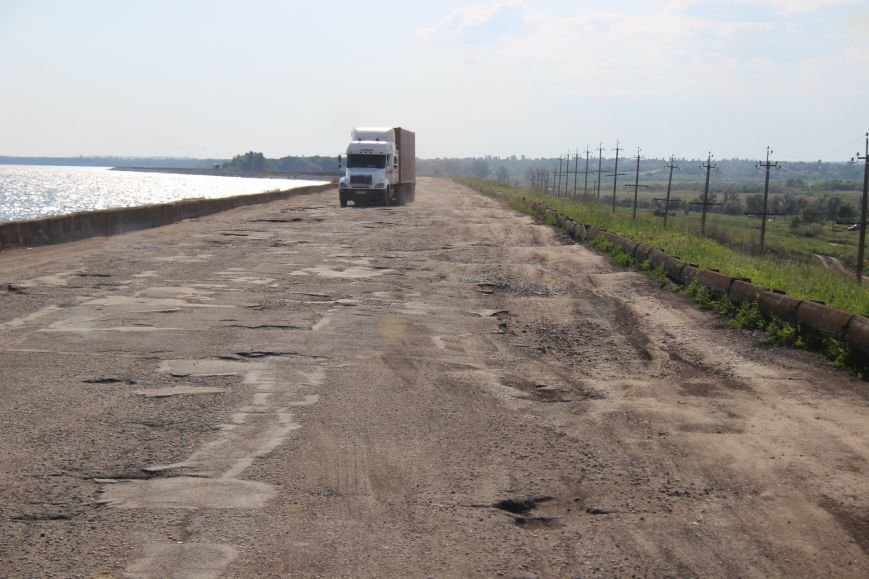 Дорога, пролегающая по гребню дамбы №8 Каховского водохранилища, - настоящий кошмар для водителей (фото), фото-2