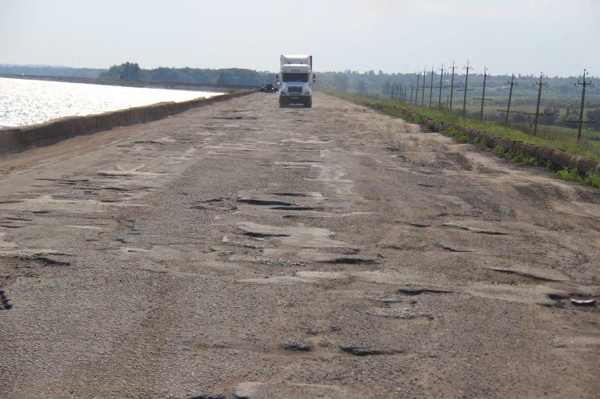 Дорога, пролегающая по гребню дамбы №8 Каховского водохранилища, - настоящий кошмар для водителей (фото), фото-1