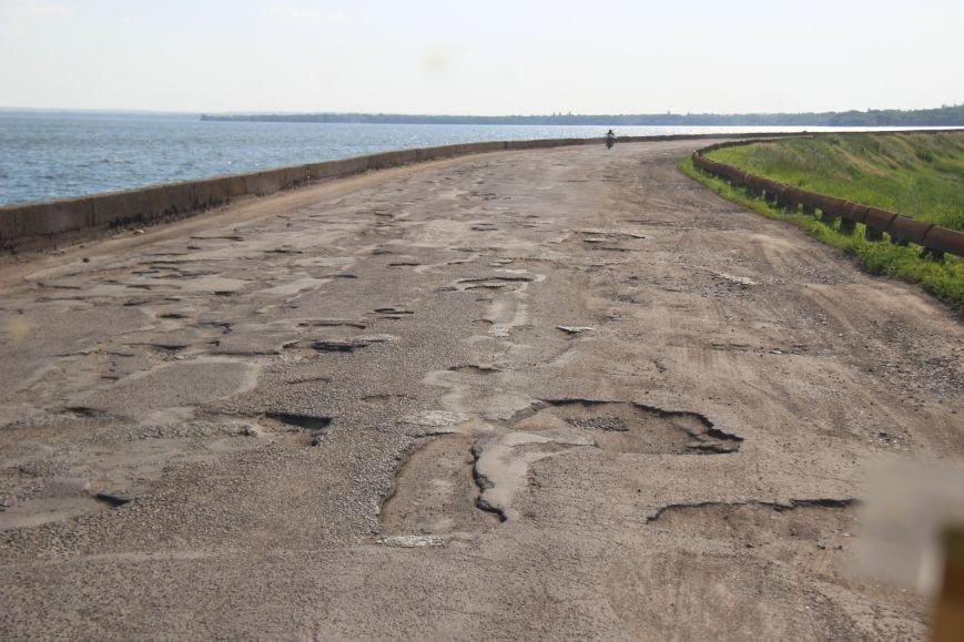 Дорога, пролегающая по гребню дамбы №8 Каховского водохранилища, - настоящий кошмар для водителей (фото), фото-4