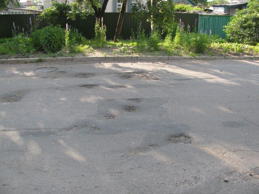 Окраины Кременчуга: чтобы проехать по Крюкову, водители вынуждены разбивать бордюры и нарушать ПДД (ФОТО), фото-1
