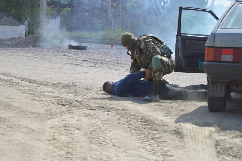 Под Мариуполем пограничники уложили нарушителя на землю (ФОТО), фото-1