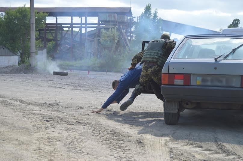 Под Мариуполем пограничники уложили нарушителя на землю (ФОТО), фото-3