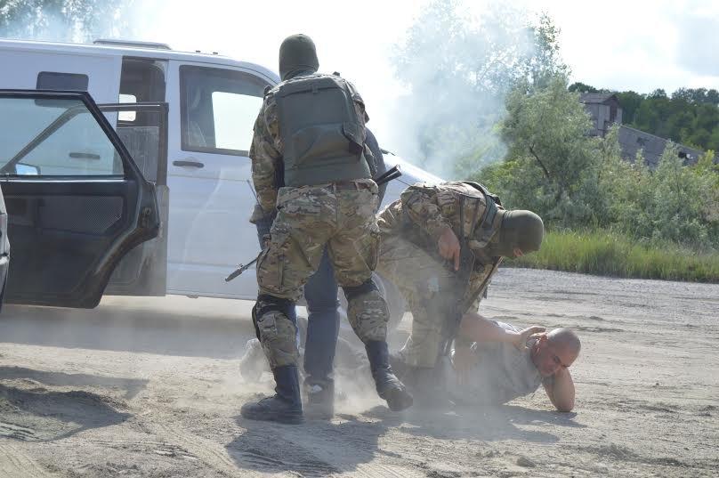 Под Мариуполем пограничники уложили нарушителя на землю (ФОТО), фото-2