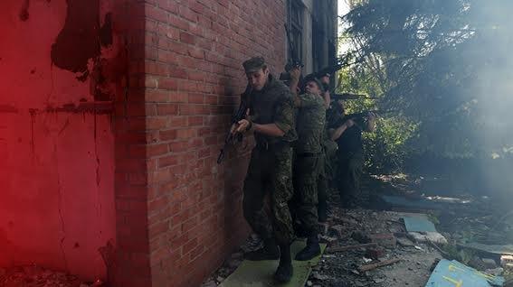Мариупольские полицейские освободили административное здание от террористов (ФОТО+ВИДЕО), фото-6