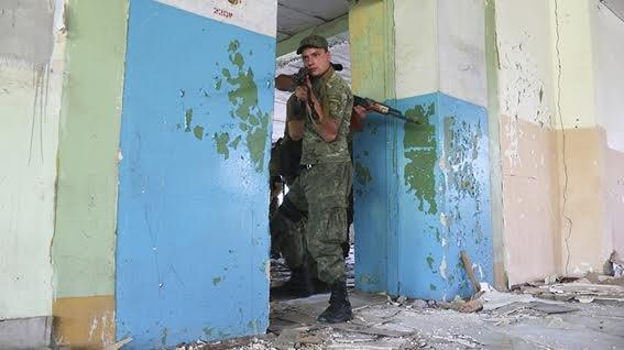 Мариупольские полицейские освободили административное здание от террористов (ФОТО+ВИДЕО), фото-1